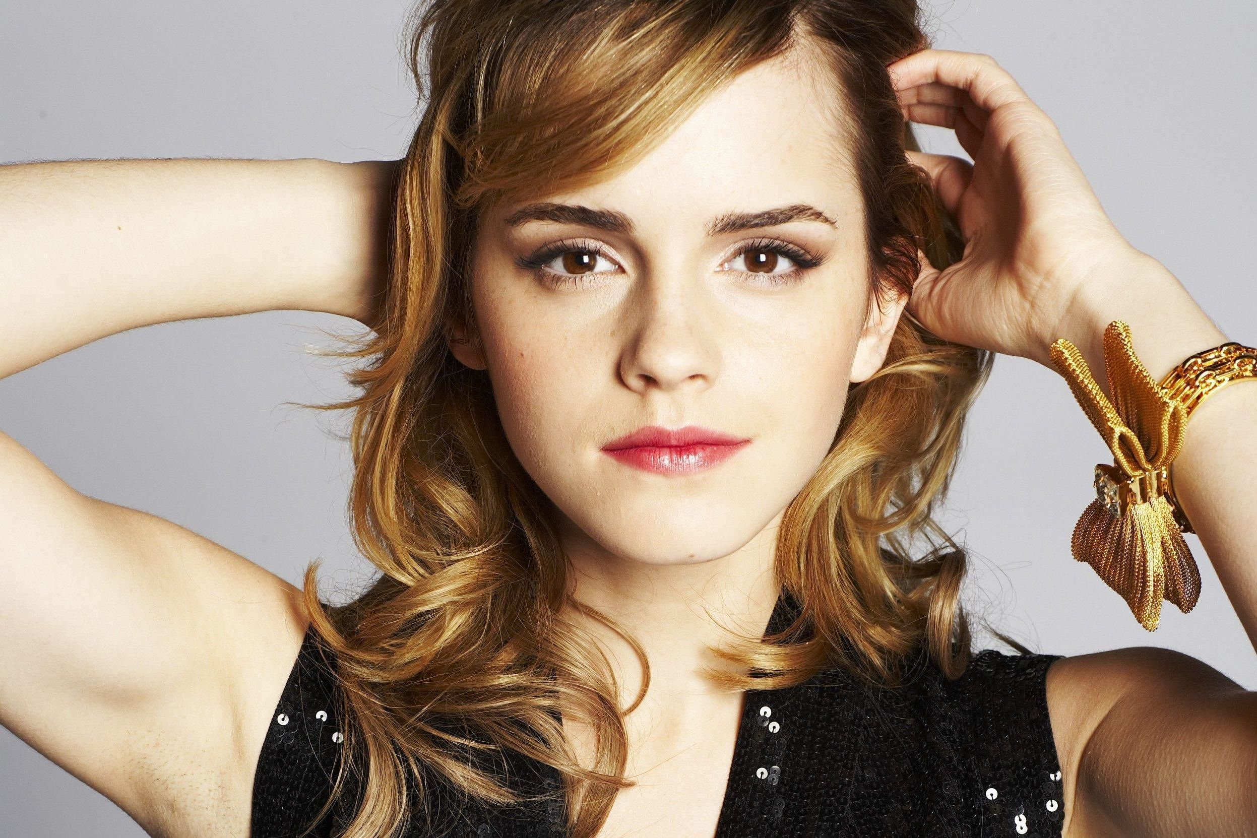 too famous people: Emma Watson Biography and Pictures